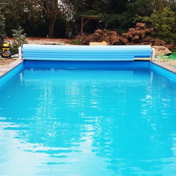 bouwkundig zwembad met lamellenafdekking