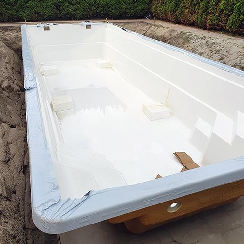 plaatsing polyester zwembad op betonplaat