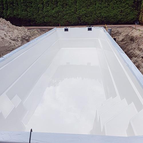 aanleg polyester zwembad 10 x 3,7 meter
