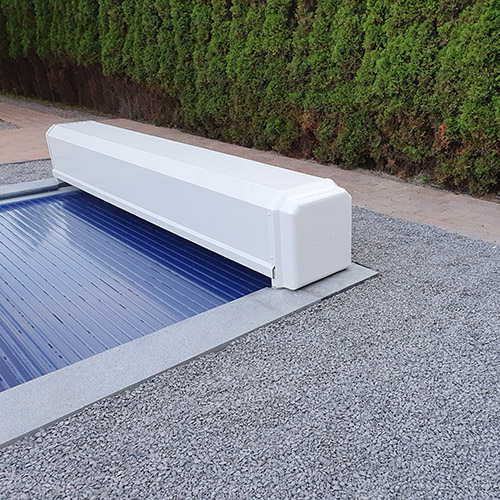 polyester zwembad met bovengronds geplaatste lamellenafdekking