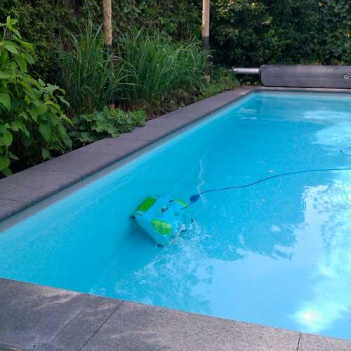 zwembadrobot-in-actie-wand